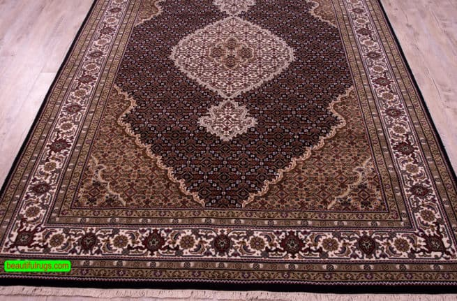 Black Color Indian Rug, Traditional Oriental Rug, size 5.10x9, close up image